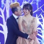 Trấn Thành ôm ấp Hari Won trên sân khấu